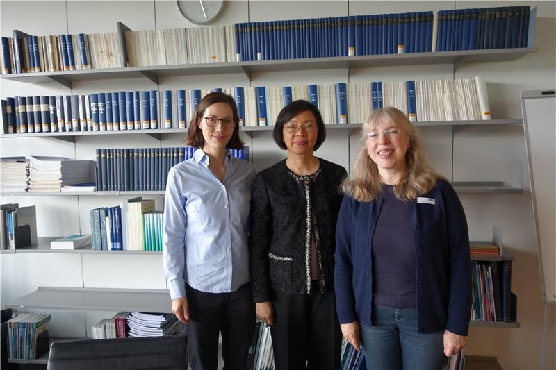 該館分享與IBM多年的數位化合作與數位保存經驗(照片左起:資訊科技部門專家Ms.Sabine Schrimpf、國圖曾館長、導覽館員Ms.Elke Jost-Zell)