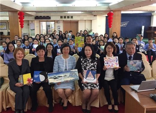 國圖曾淑賢館長致贈蒙古國立兒童圖書館「臺灣書苑」優良圖書,慶祝雙方合作交流十週年