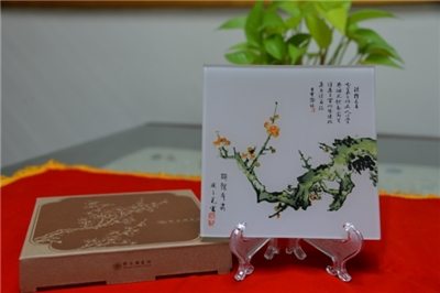 Shi Zhu Zhai Shu Hua Pu)Glass Decorative Plate/〈The Steely Branch Yields Spring〉plum  blossom